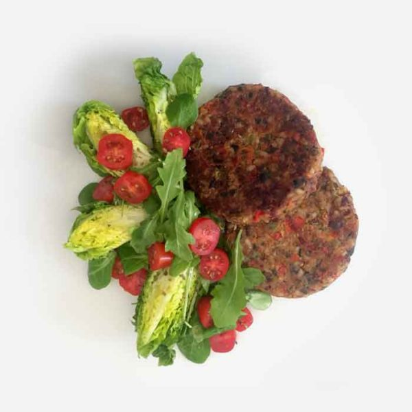 Una versión de hamburguesa 100% vegetal elaborada con verduras ecológicas, aceituna negra y hierbas aromáticas mediterráneas. Sin gluten, sin lácteos.