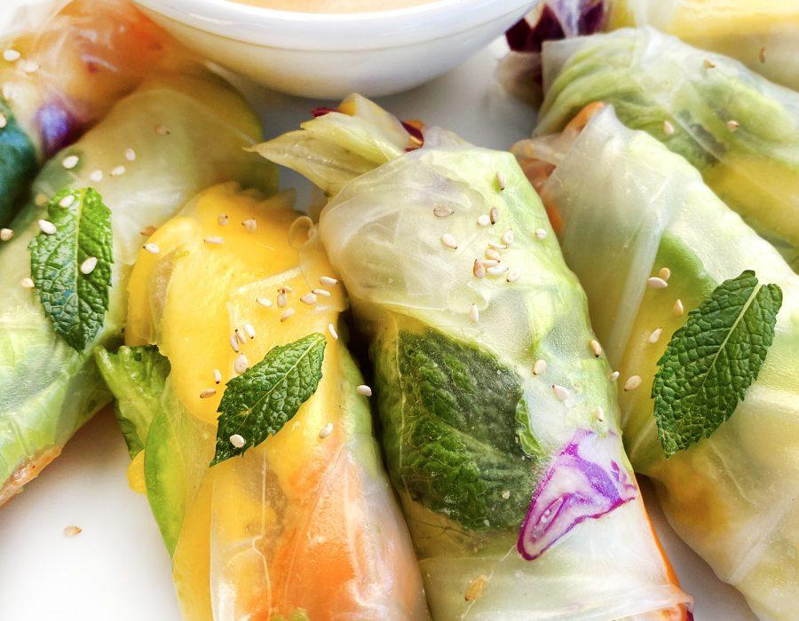Nems vegetarianos. Rollitos vietnamitas con salsa de cacahuete.